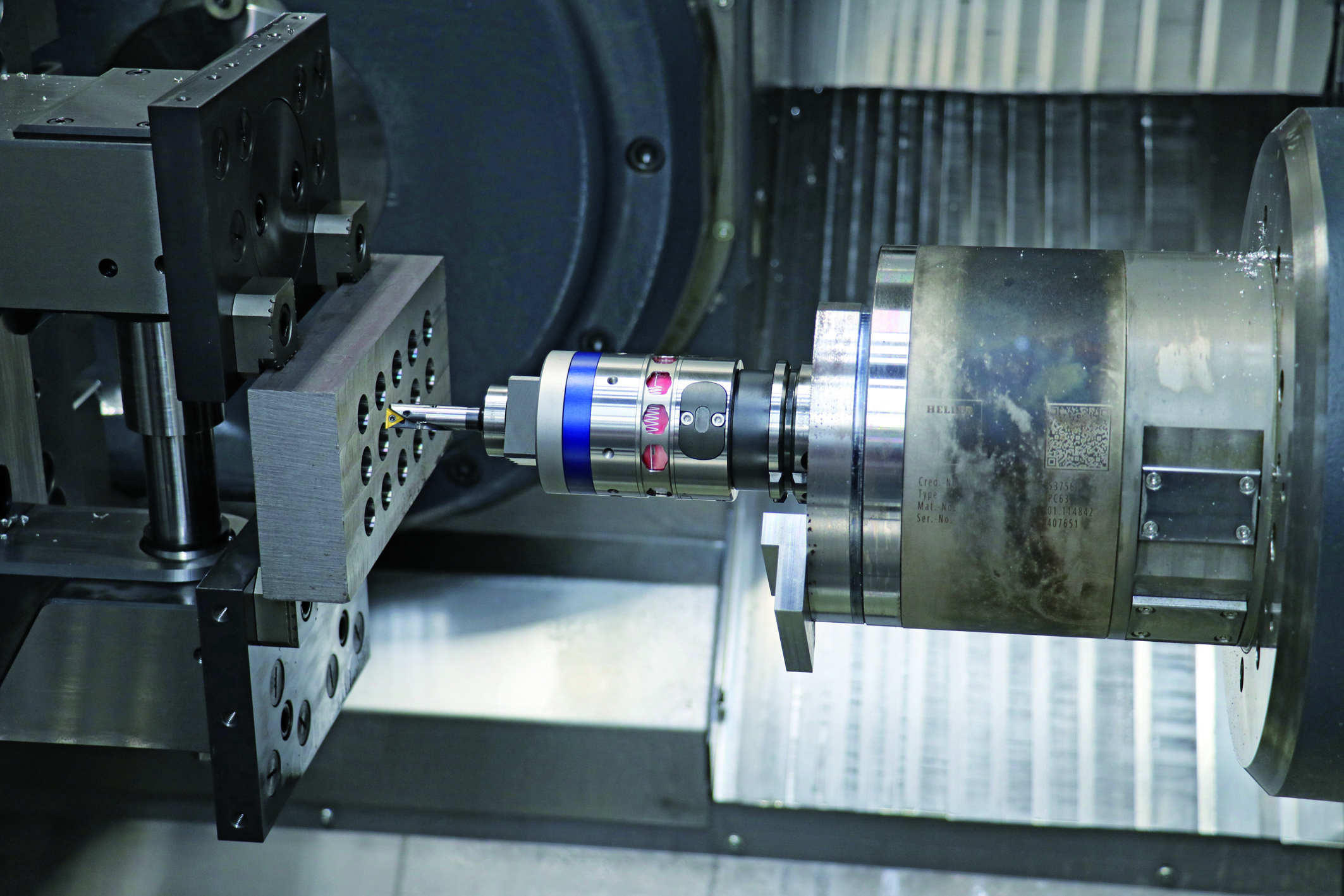 Automated precision spindle tools: Clever system combination Spindle head communicates via the wireless interface of a measuring stylus